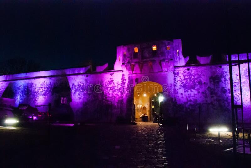 Σαν Φρανσίσκο de Campeche, Μεξικό: Παλαιοί τοίχος και είσοδος φρουρίων στο ιστορικό κέντρο Πύλη Puerta de Tierra εδάφους τη νύχτα στοκ φωτογραφία