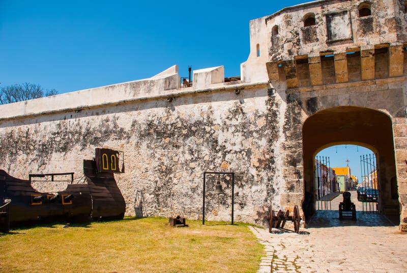 Σαν Φρανσίσκο de Campeche, Μεξικό: Σκάφος και κουδούνι πειρατών στην είσοδο στο φρούριο Πύλη Puerta de Tierra εδάφους στοκ φωτογραφία με δικαίωμα ελεύθερης χρήσης