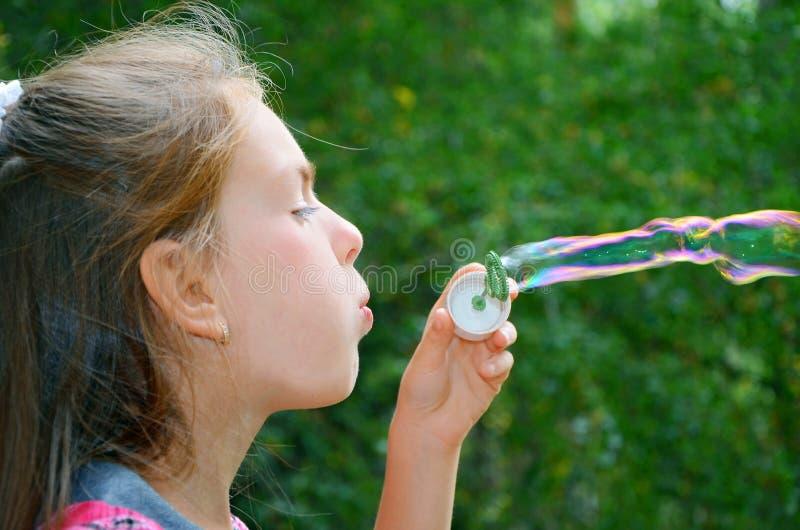 σαπούνι κοριτσιών φυσαλί&de στοκ φωτογραφία με δικαίωμα ελεύθερης χρήσης