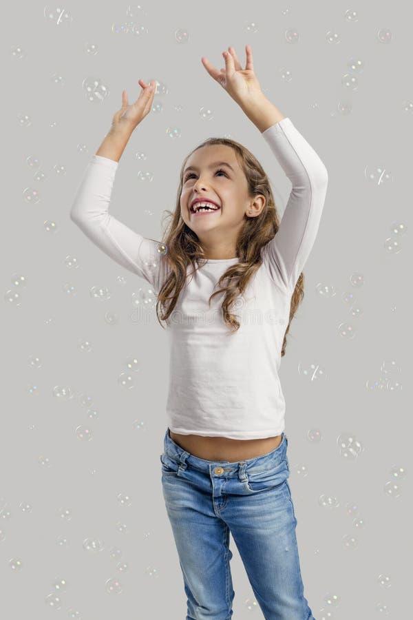 σαπούνι παιχνιδιού κοριτσιών φυσαλίδων στοκ εικόνες