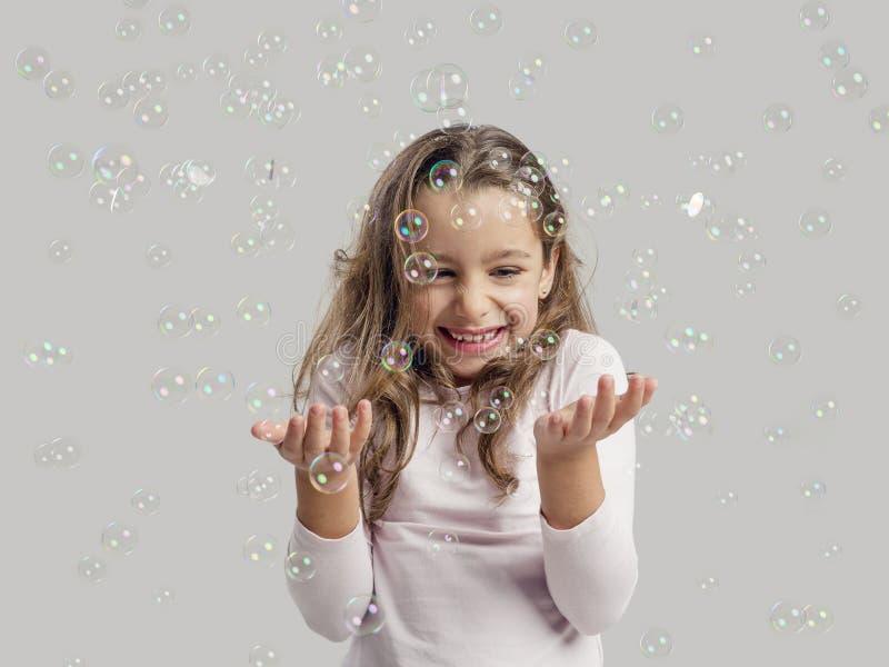 σαπούνι παιχνιδιού κοριτσιών φυσαλίδων στοκ εικόνα