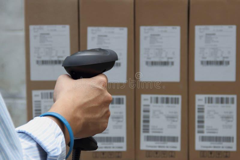 Σαρωτής ετικετών γραμμωτών κωδίκων με την ετικέτα στοκ φωτογραφία