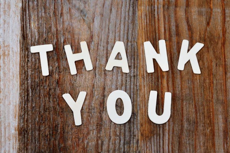 Σας ευχαριστούμε λέξεις στο ξύλινο υπόβαθρο στοκ εικόνες