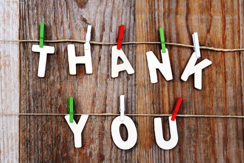 Σας ευχαριστούμε λέξεις στο ξύλινο υπόβαθρο στοκ φωτογραφία