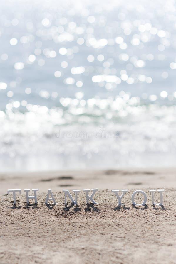 Σας ευχαριστούμε διατυπώνει επισυμένος την προσοχή στην άμμο παραλιών στοκ εικόνες με δικαίωμα ελεύθερης χρήσης