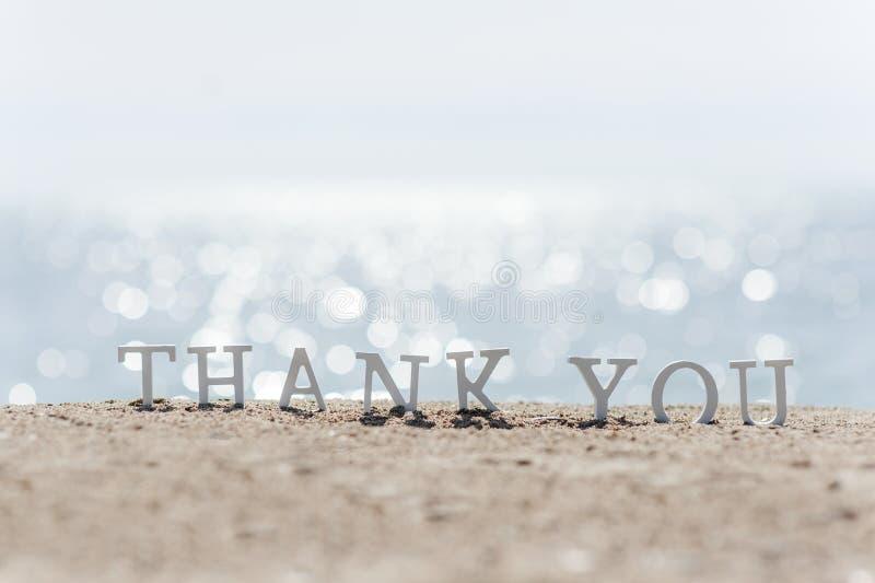 Σας ευχαριστούμε διατυπώνει επισυμένος την προσοχή στην άμμο παραλιών στοκ φωτογραφίες