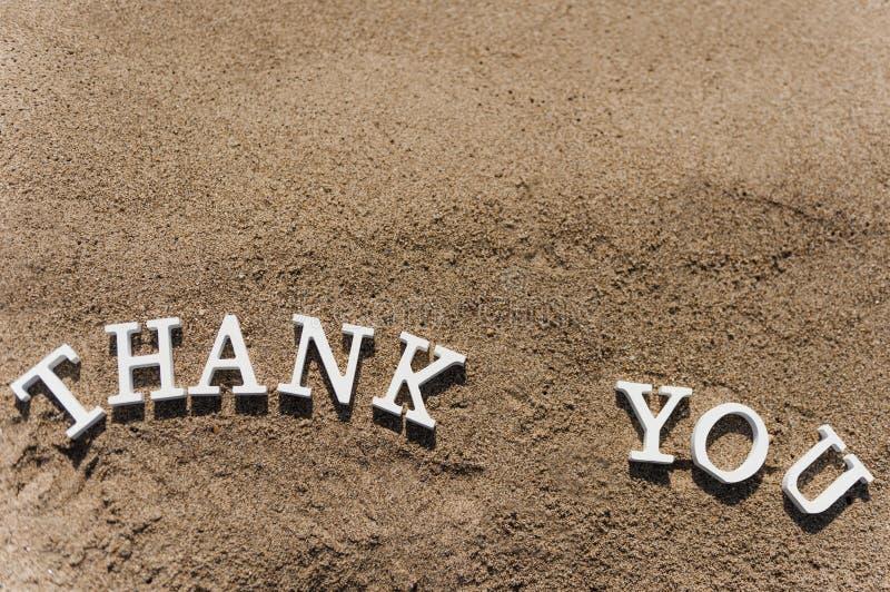 Σας ευχαριστούμε διατυπώνει επισυμένος την προσοχή στην άμμο παραλιών στοκ εικόνα με δικαίωμα ελεύθερης χρήσης