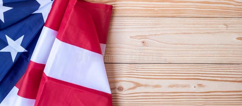 Σας ευχαριστούμε κείμενο παλαιμάχων που γράφεται στον πίνακα κιμωλίας με τη σημαία των Ηνωμένων Πολιτειών της Αμερικής στο ξύλινο στοκ εικόνες