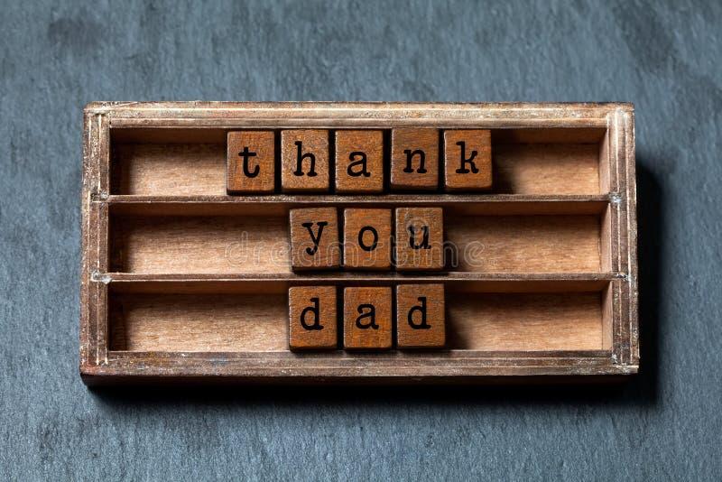 Σας ευχαριστούμε μπαμπάς Ημέρα πατέρων ` s και αναδρομική ευχετήρια κάρτα Εκλεκτής ποιότητας κιβώτιο, ξύλινη φράση κύβων με τις π στοκ εικόνα