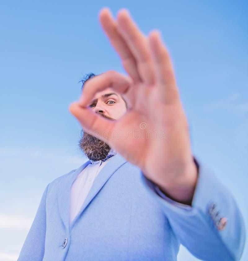 Σας προσέχω Ο τύπος κοιτάζει μέσω εντάξει στενού επάνω χειρονομίας Προσοχή και παρατήρηση κατασκόπευσης Άριστη έννοια Άτομο γενει στοκ φωτογραφίες με δικαίωμα ελεύθερης χρήσης