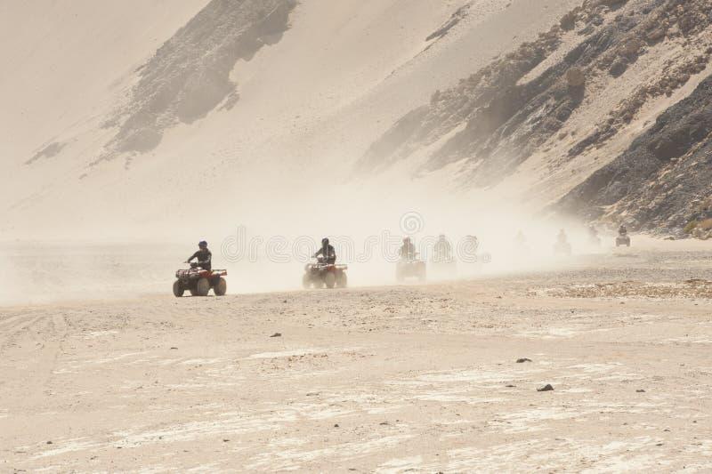 Σαφάρι ποδηλάτων τετραγώνων μέσω ενός τοπίου ερήμων στοκ εικόνα