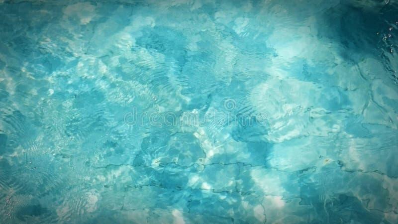 Σαφές νερό πισινών κυμάτων χαλάρωσης στοκ φωτογραφία