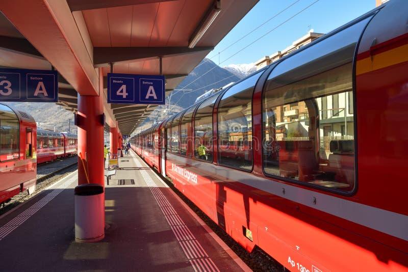 Σαφές τραίνο των ΕΔ Bernina στο σταθμό τρένου σε Tirano στοκ εικόνα