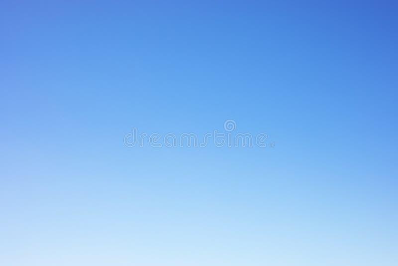 Σαφές υπόβαθρο μπλε ουρανού και κενό διάστημα για το σχέδιό σας, κανένα σύννεφο στοκ φωτογραφία