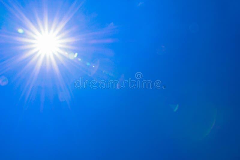 Σαφές φως ήλιων μπλε ουρανού με την πραγματική φλόγα φακών στοκ φωτογραφία με δικαίωμα ελεύθερης χρήσης