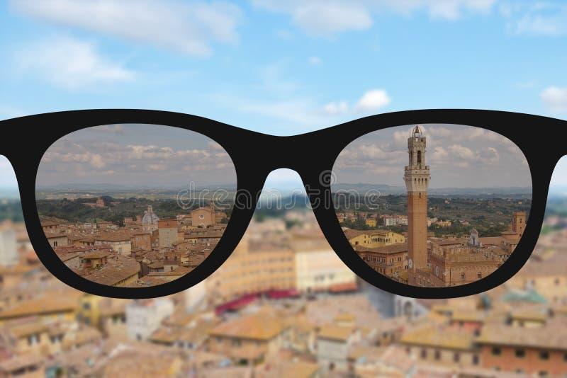 Σαφής εικόνα στα γυαλιά ήλιων γυναικών ενάντια στο ηλιόλουστο και μουτζουρωμένο landsc διανυσματική απεικόνιση