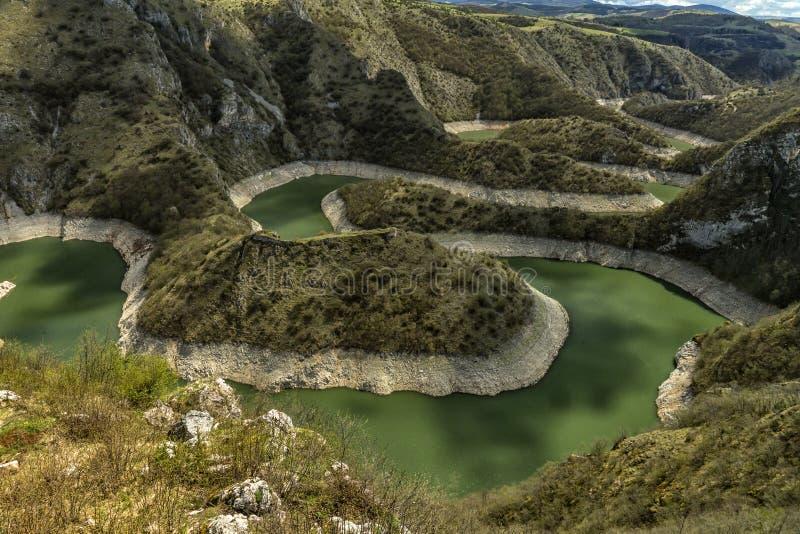 Σαφής και καθαρός ποταμός Uvac στη Σερβία με τους μαιάνδρους στοκ εικόνα