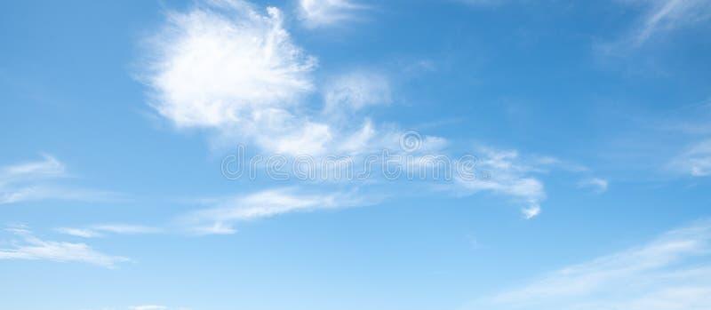 Σαφής μπλε ουρανός με το άσπρο υπόβαθρο σύννεφων Ημέρα καθαρίσματος και καλός καιρός στοκ φωτογραφία