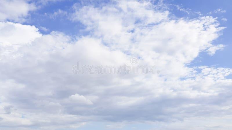 Σαφής μπλε ουρανός με το άσπρο υπόβαθρο σύννεφων Ημέρα καθαρίσματος και καλός καιρός το πρωί στοκ εικόνα
