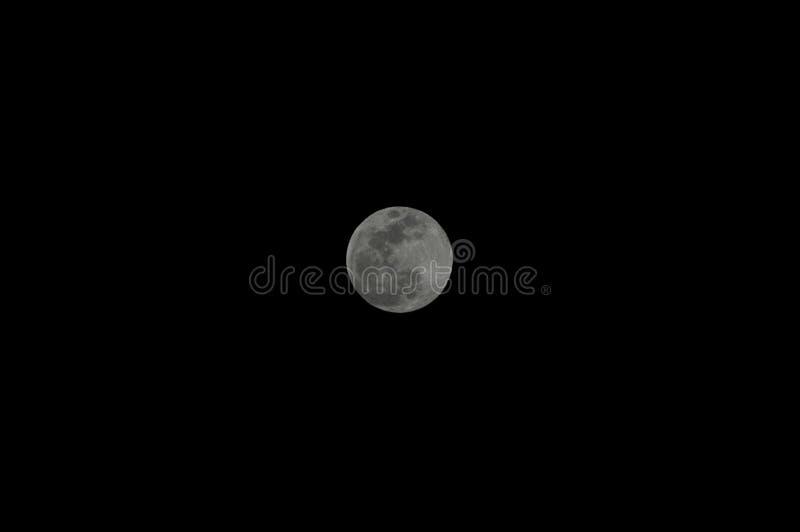 Σαφής νυχτερινός ουρανός με τη πανσέληνο στο κέντρο στοκ εικόνα με δικαίωμα ελεύθερης χρήσης