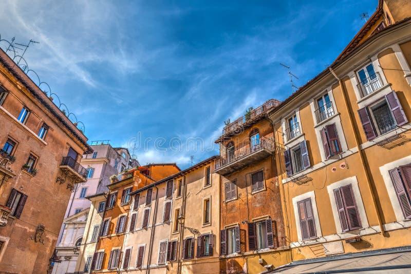 Σαφής ουρανός πέρα από ένα γραφικό τετράγωνο στη Ρώμη στοκ φωτογραφία