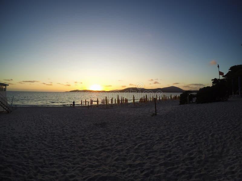 Σαφής ουρανός πέρα από την ακτή Alghero στο ηλιοβασίλεμα στοκ εικόνες