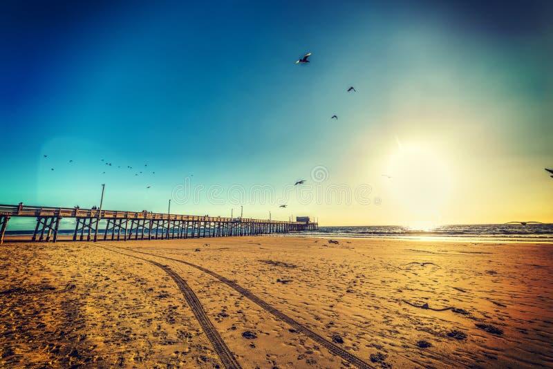 Σαφής ουρανός πέρα από την παραλία στο ηλιοβασίλεμα στοκ εικόνες
