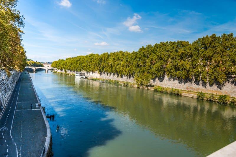 Σαφής ουρανός πέρα από τον ποταμό Tiber στη Ρώμη στοκ εικόνα