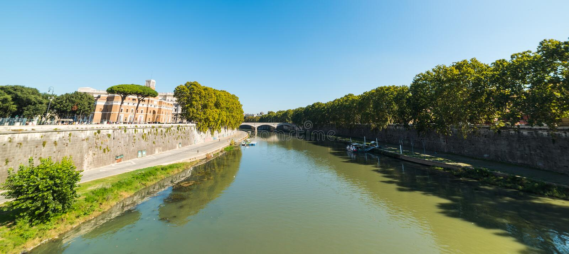 Σαφής ουρανός πέρα από τον ποταμό Tiber στη Ρώμη στοκ εικόνες