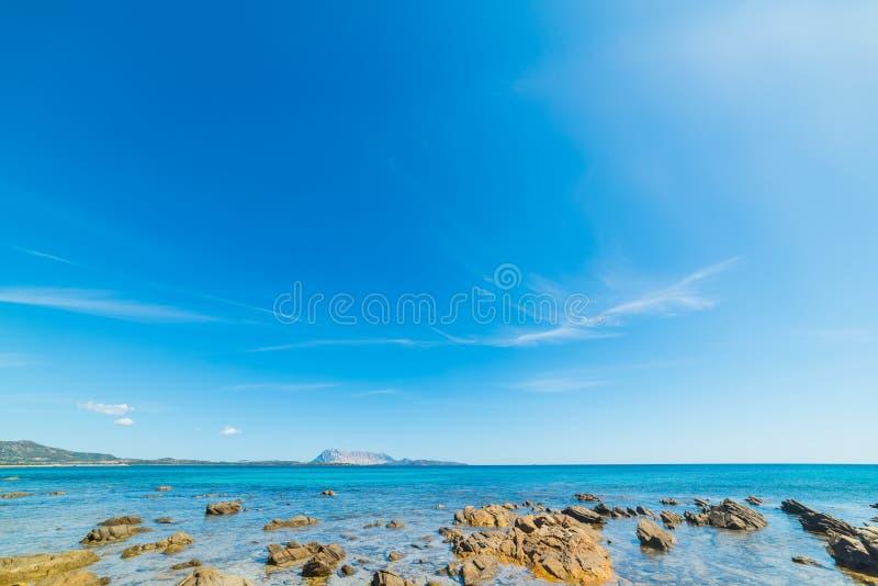 Σαφής ουρανός πέρα από Cala δ ` Ambra στοκ εικόνες
