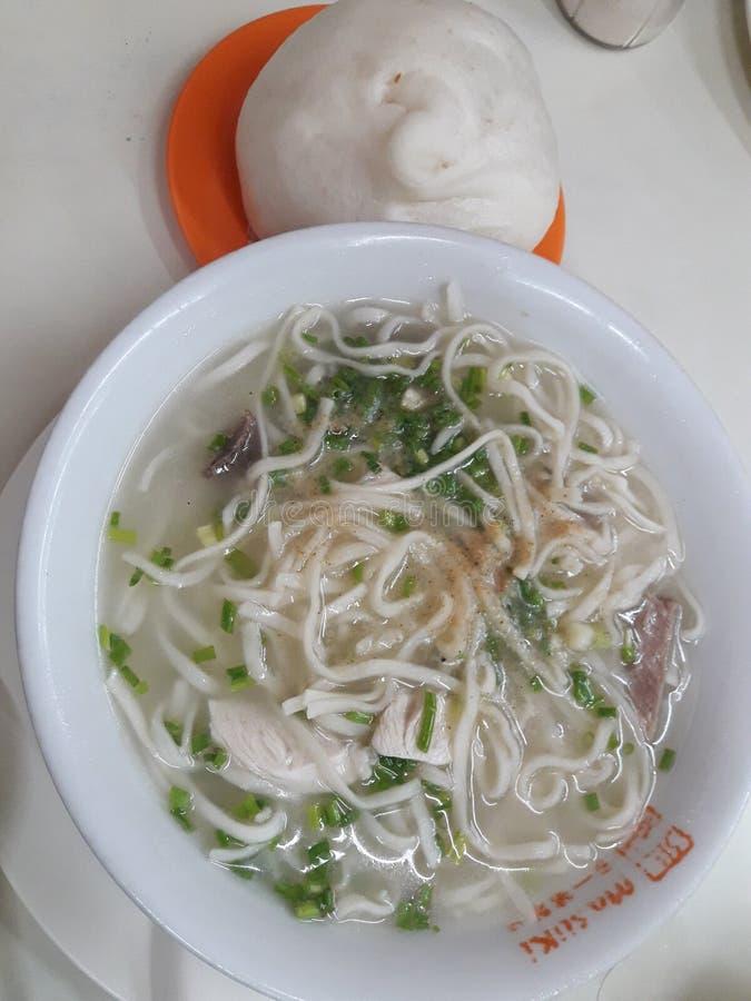Σαφής σούπα νουντλς με το χοιρινό κρέας Siopao στοκ φωτογραφία με δικαίωμα ελεύθερης χρήσης