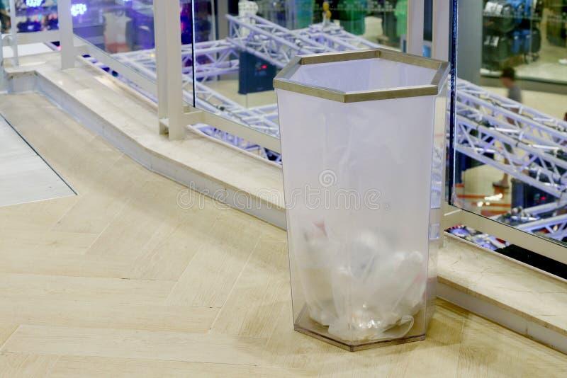 Σαφή πλαστικά απορρίμματα δοχείων στη λεωφόρο, πλαστικό δοχείο αποβλήτων στη λεωφόρο αγορών πατωμάτων μέσα στοκ φωτογραφίες