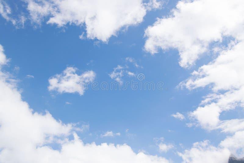 Σαφείς όμορφοι ουρανός και σύννεφα στοκ φωτογραφία με δικαίωμα ελεύθερης χρήσης