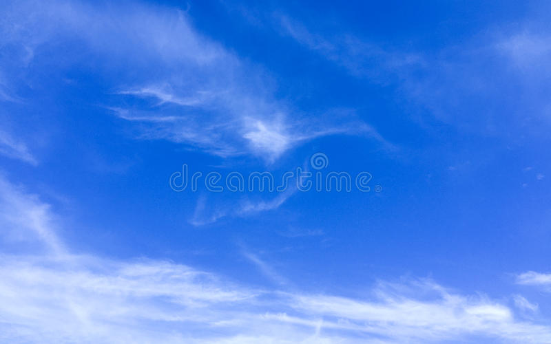 Σαφώς άποψη με cirrus το σύννεφο στο μπλε ουρανό στοκ εικόνες με δικαίωμα ελεύθερης χρήσης