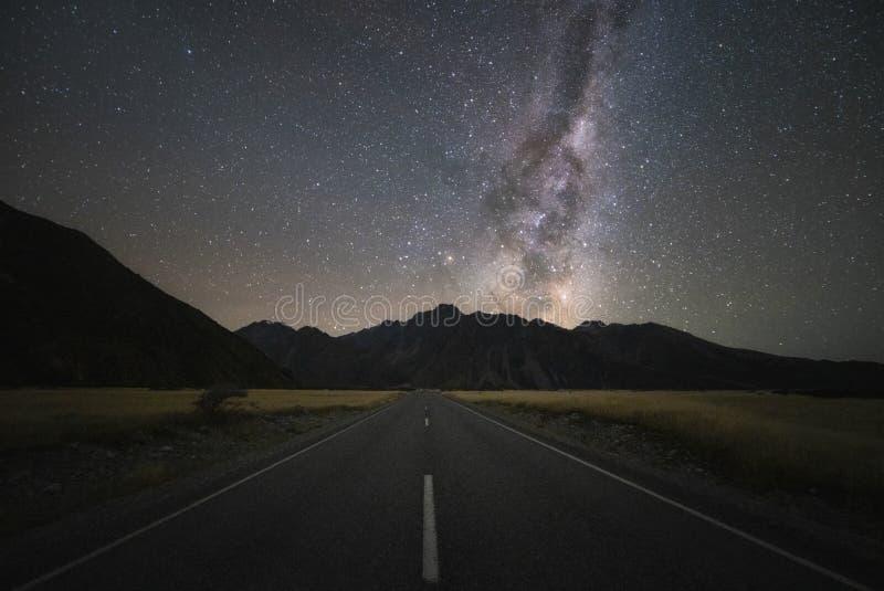 Σαφώς γαλακτώδης γαλαξίας τρόπων στη σκοτεινή νύχτα πέρα από το δρόμο στοκ φωτογραφίες