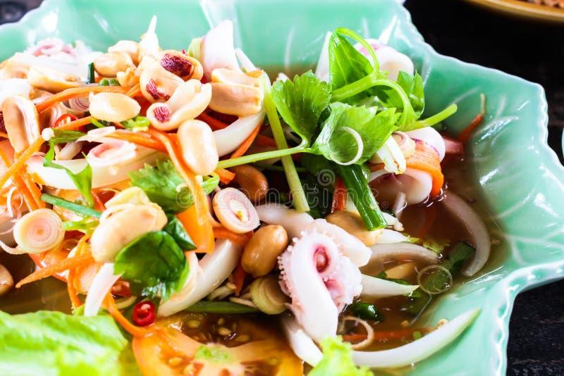 Σαλάτα αυγών καλαμαριών ατμού με την πικάντικη σούπα χυμού λεμονιών, thaila samui στοκ φωτογραφία με δικαίωμα ελεύθερης χρήσης