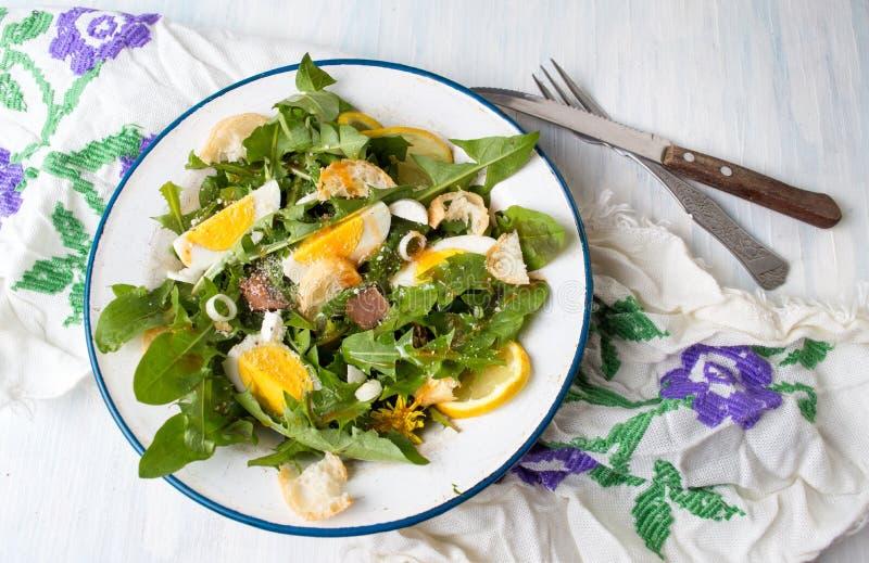 Σαλάτα γεύματος φύλλων πικραλίδων σε ένα πιάτο στοκ εικόνες με δικαίωμα ελεύθερης χρήσης