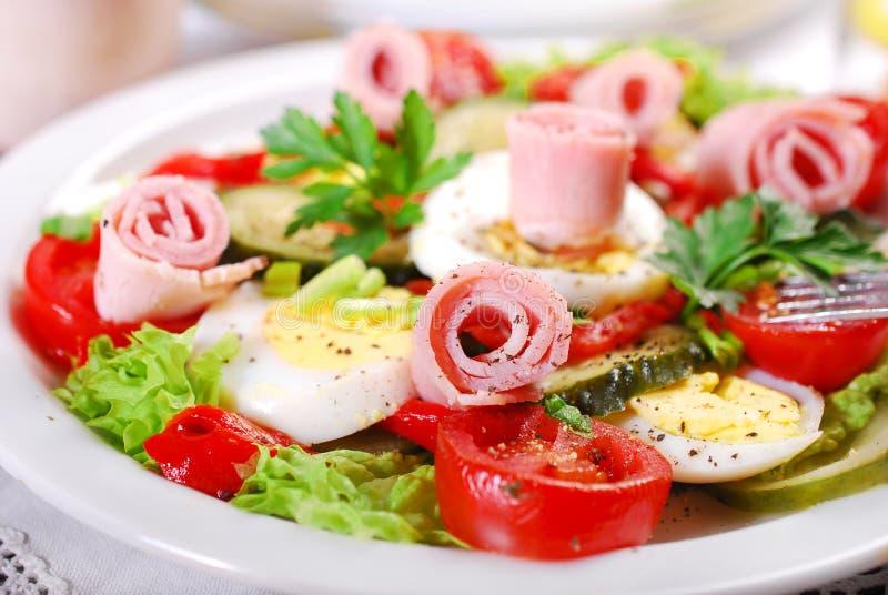 Σαλάτα ζαμπόν με τα αυγά και τα λαχανικά για Πάσχα στοκ εικόνα