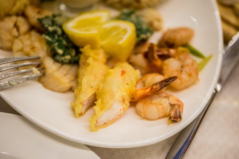 Σαλάτα θαλασσινών - γαρίδες, χταπόδι καλαμαριών στοκ εικόνες
