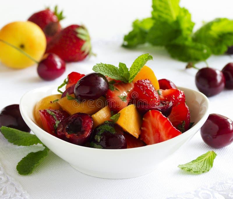 Σαλάτα θερινών φρούτων με τις φράουλες στοκ εικόνα