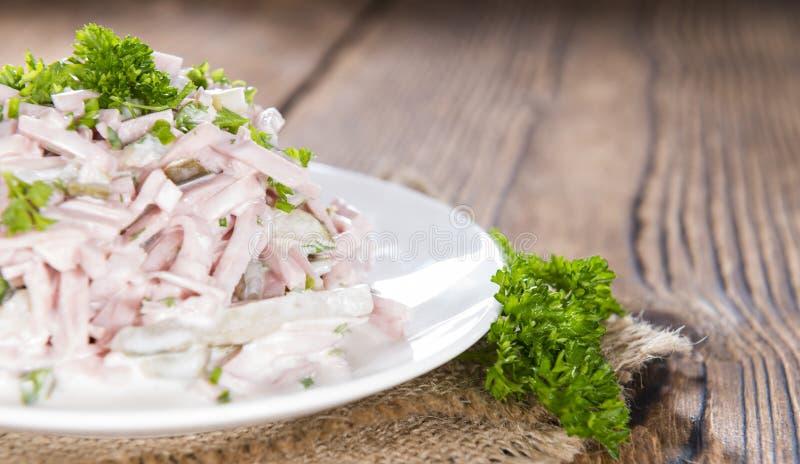 Σαλάτα κρέατος (με τη μαγιονέζα) σε ένα πιάτο στοκ εικόνα με δικαίωμα ελεύθερης χρήσης