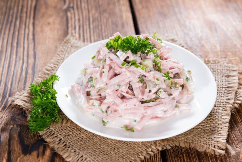 Σαλάτα κρέατος (με τη μαγιονέζα) σε ένα πιάτο στοκ φωτογραφία με δικαίωμα ελεύθερης χρήσης