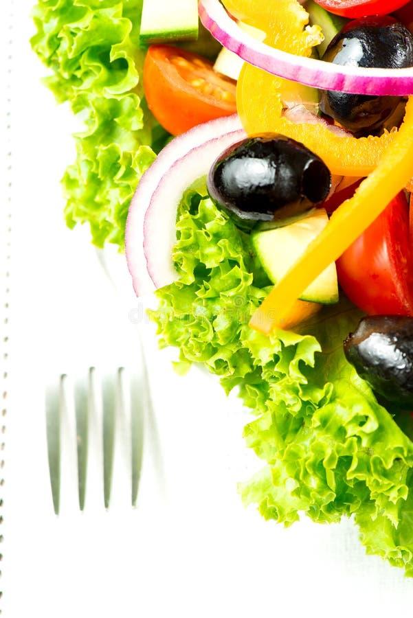 Σαλάτα με τα λαχανικά και πράσινα στο πιάτο στη μακροεντολή επιτραπέζιων υφασμάτων στοκ εικόνες με δικαίωμα ελεύθερης χρήσης