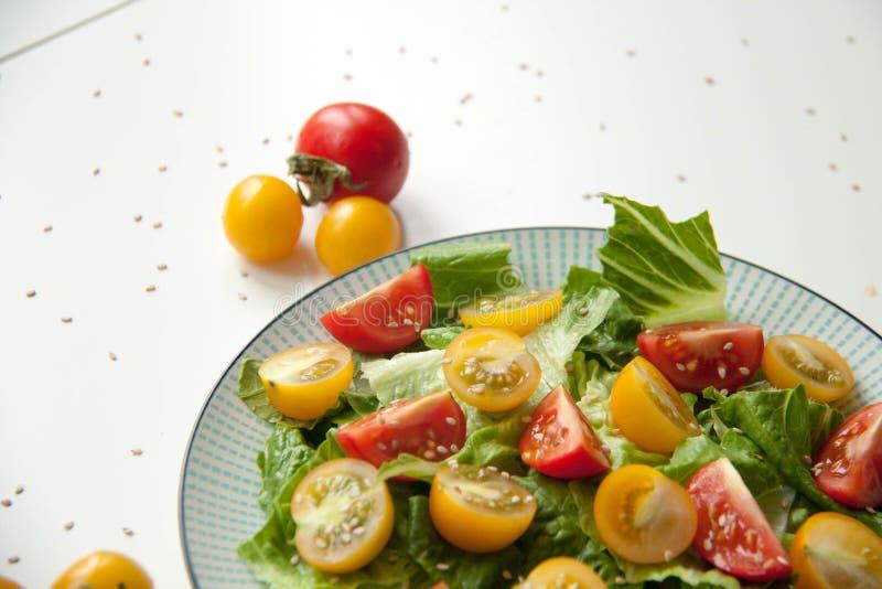 Σαλάτα με τις κόκκινες και κίτρινες ντομάτες στοκ φωτογραφίες