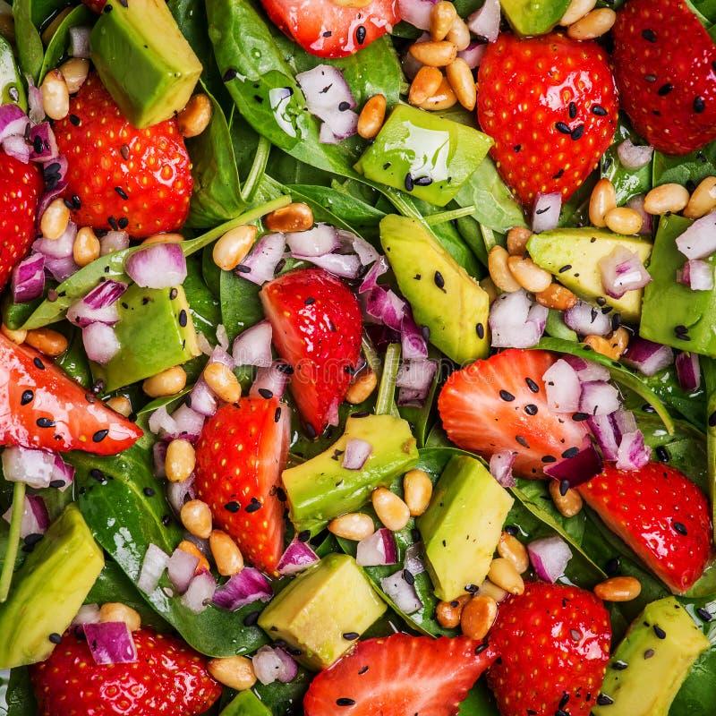 Σαλάτα με τις φράουλες, αβοκάντο, σπανάκι στοκ φωτογραφίες με δικαίωμα ελεύθερης χρήσης