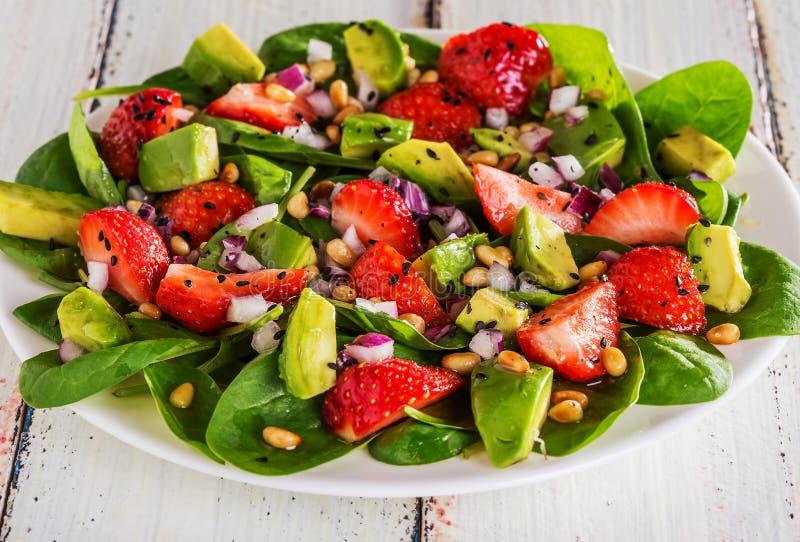 Σαλάτα με τις φράουλες, αβοκάντο, σπανάκι στοκ εικόνες