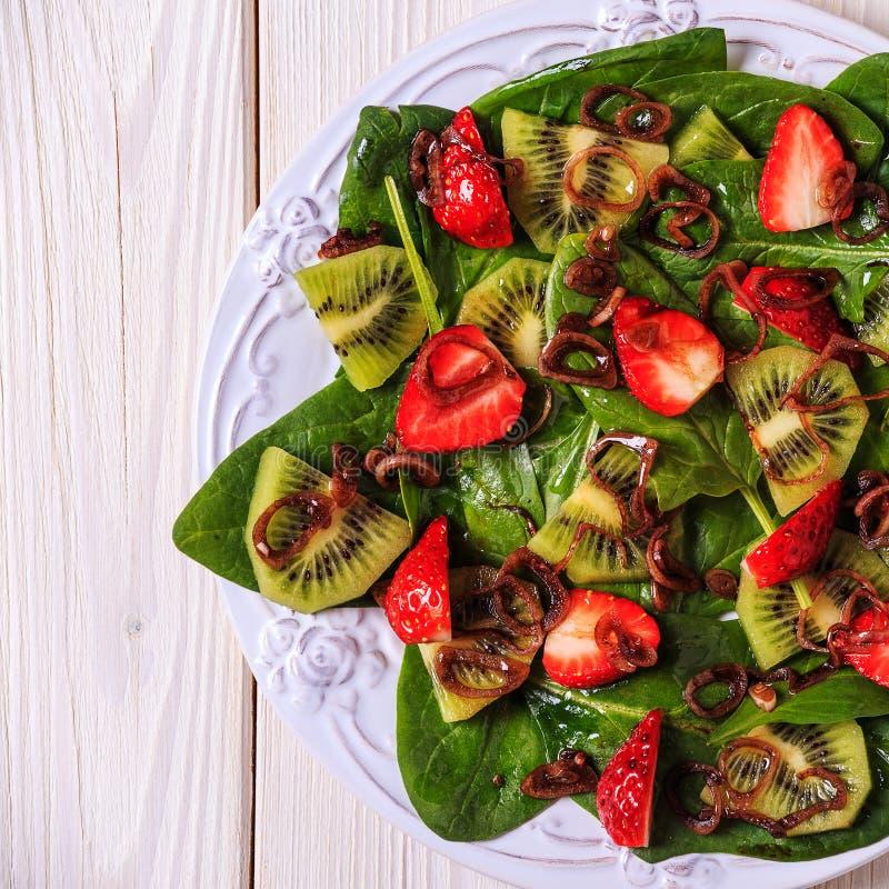 Σαλάτα με τις φράουλες, ακτινίδιο, σπανάκι στοκ φωτογραφίες με δικαίωμα ελεύθερης χρήσης