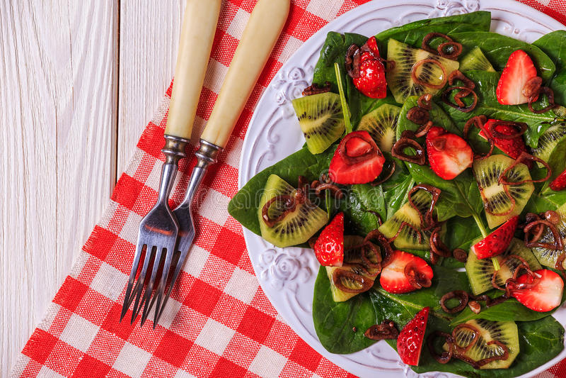 Σαλάτα με τις φράουλες, ακτινίδιο, σπανάκι στοκ εικόνα με δικαίωμα ελεύθερης χρήσης