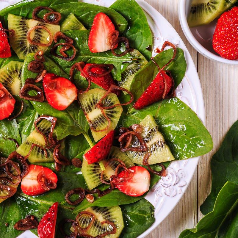 Σαλάτα με τις φράουλες, ακτινίδιο, σπανάκι στοκ εικόνα