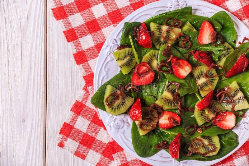 Σαλάτα με τις φράουλες, ακτινίδιο, σπανάκι στοκ φωτογραφία με δικαίωμα ελεύθερης χρήσης